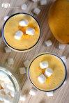 Mango, malvaviscos, helado de yogurt y otros ingredientes en esta malteada casera